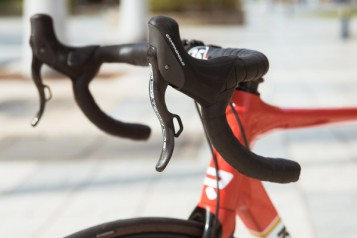 Campagnolo_Campy-Tech-Labs_road-disc-brake_sneak-peek_06_EPS-levers-pair-600x400